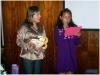Aluna Yasmin Peres recitando um poema para as mães