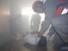 Simulação com socorro a vítima foi realizada dentro do prédio com um aluno da escola, sob forte fumaça, como se fosse uma situação real de resgate