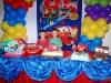 Franco y Facundo detrás de la torta  y la hermosa decoración